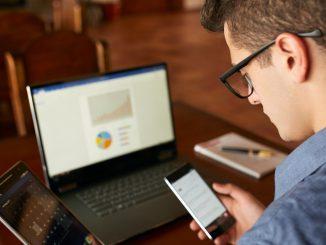 Hombre con pc, tableta y teléfono móvil